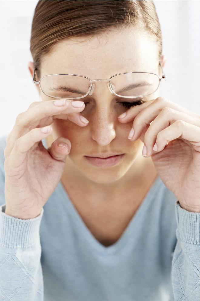 Почему давит на глаза и как с этим бороться